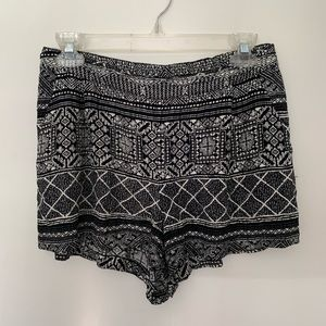 Skies Are Blue Geometric Tribal Print Shorts M
